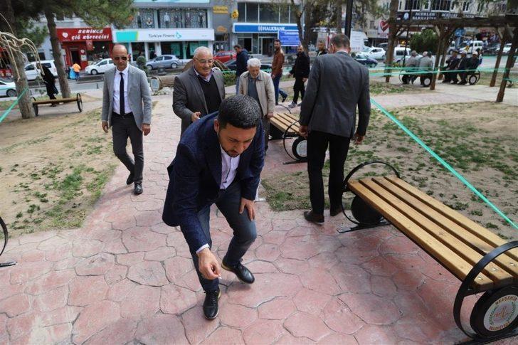 Belediye Başkanı Arı, park içerisinde izmarit topladı