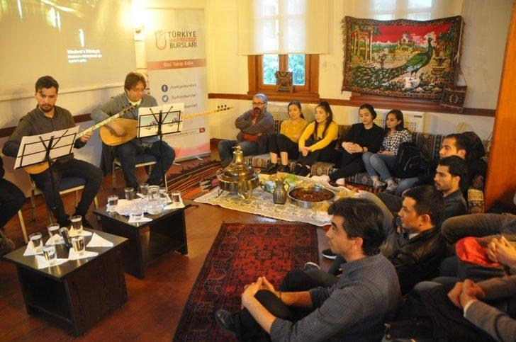 Uluslararası öğrencilere yöresel tatlar eşliğinde Türk müziği dinletisi