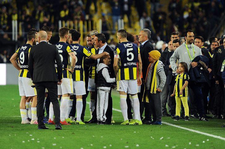 Fenerbahçe Başkanı Ali Koç maç sonunda sahaya indi