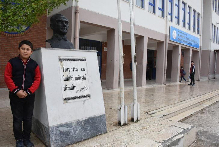 Ahmet, Atatürk büstünü yıkadı