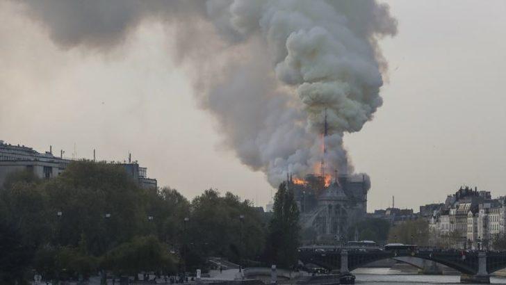 Paris'teki Notre Dame Kilisesi Alevler Altında