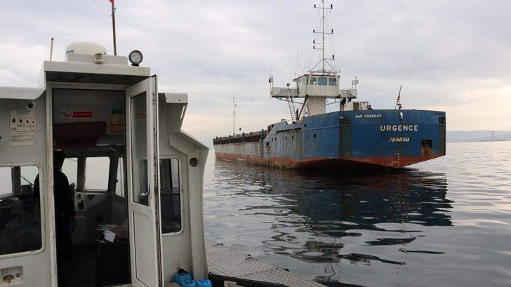 Gemilerini terk edemeyen denizcilere gıda yardımı yapıldı