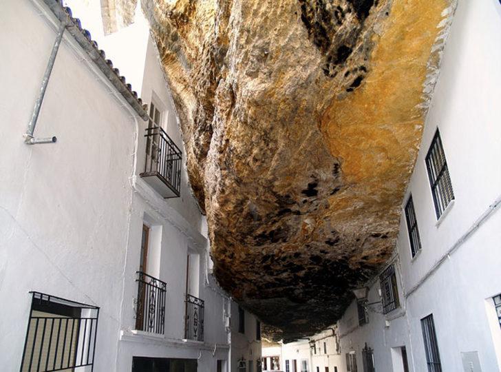 Bu şehirde insanlar bir kayanın altında yaşıyor!