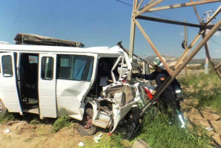 Yoldan çıkan minibüs yüksek gerilim direğine çarptı: 3 yaralı