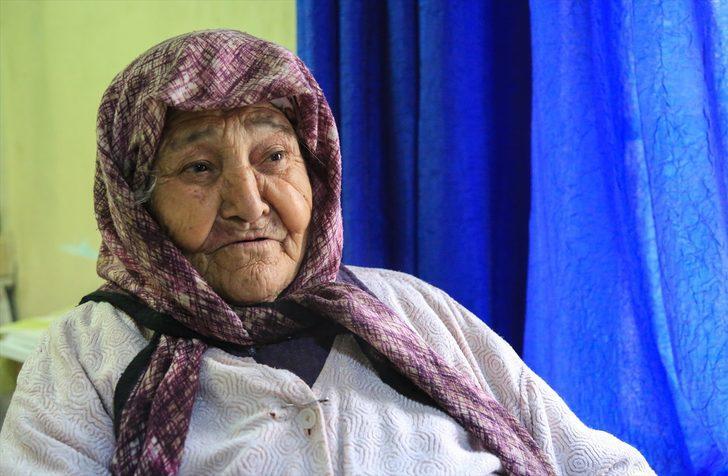 Yörük ninesi 102 yaşında hala tarlada! Gençlere taş çıkarıyor