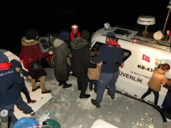 Kaçak göçmenler, teknelerinin motoru bozulup, yardım isteyince yakalandı