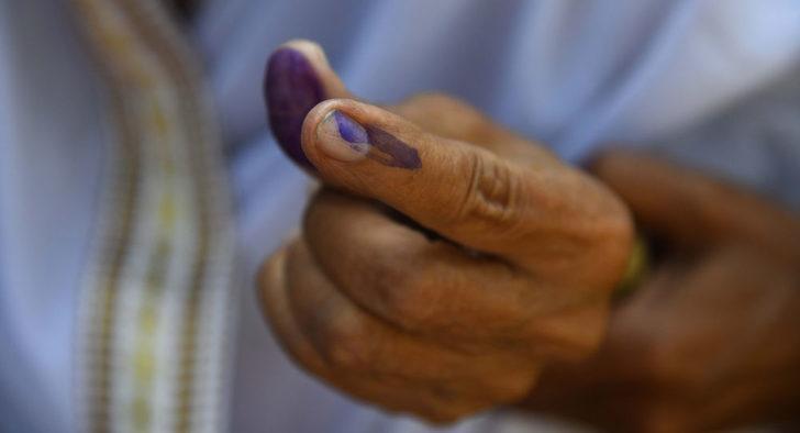 Hindistan'da bir seçmen yanlışlıkla iktidar partisine oy verince parmağını kesti