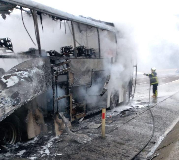 Seyir halindeyken alev alan yolcu otobüsü yandı