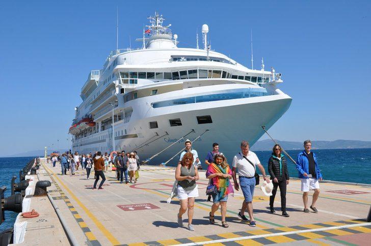 Sezonun ilki gerçekleşti! Dev gemi 620 turistle Kuşadası'na geldi