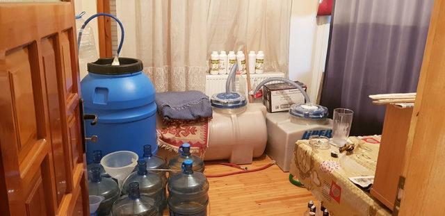 Sahte alkol imalathanesine çevrilen evden cephanelik çıktı