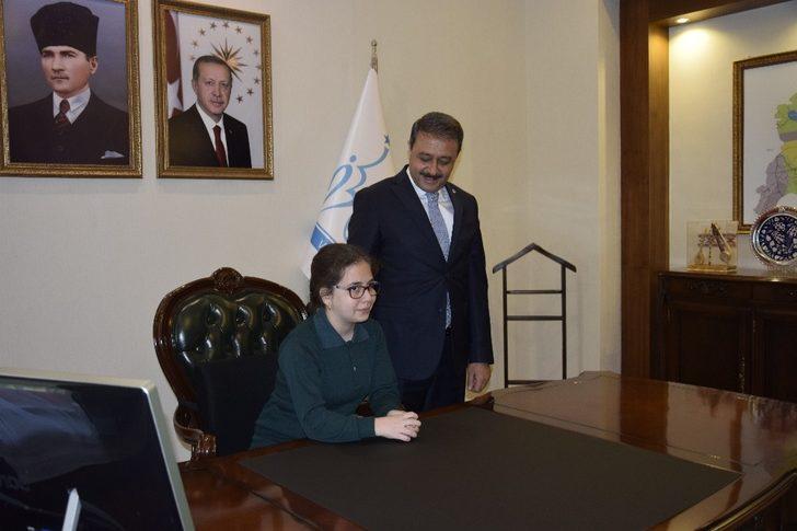 Burdur Valisi'nin koltuğunda özel öğrenci