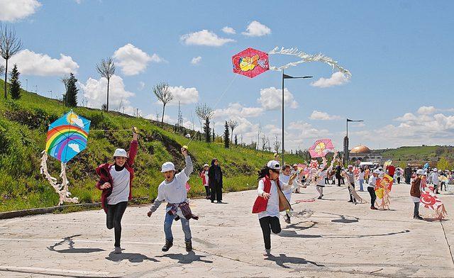 Diyarbakırlı çocuklar 23 Nisan'ı uçurtma uçurarak kutladı