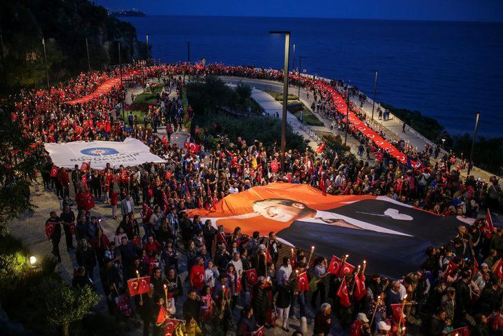 Antalya'da 23 Nisan fener alayı ile kutladı