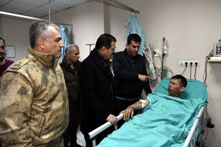 Hakkari Valisi Akbıyık, yaralı 2 askeri ziyaret etti