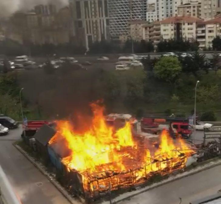 Ek fotoğraf 2//Ataşehir'de kereste deposu alev alev yandı