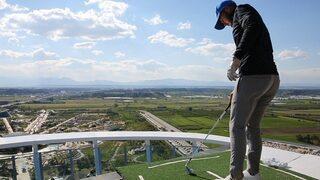 114 metre yüksekte golf oynadılar