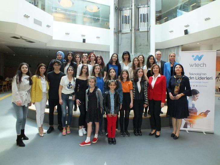 Teknolojide Kadın Derneği, Bilişimde Kızlar Günü'nü kutladı, kız öğrencilerle teknoloji CEO'larını bir araya getirdi