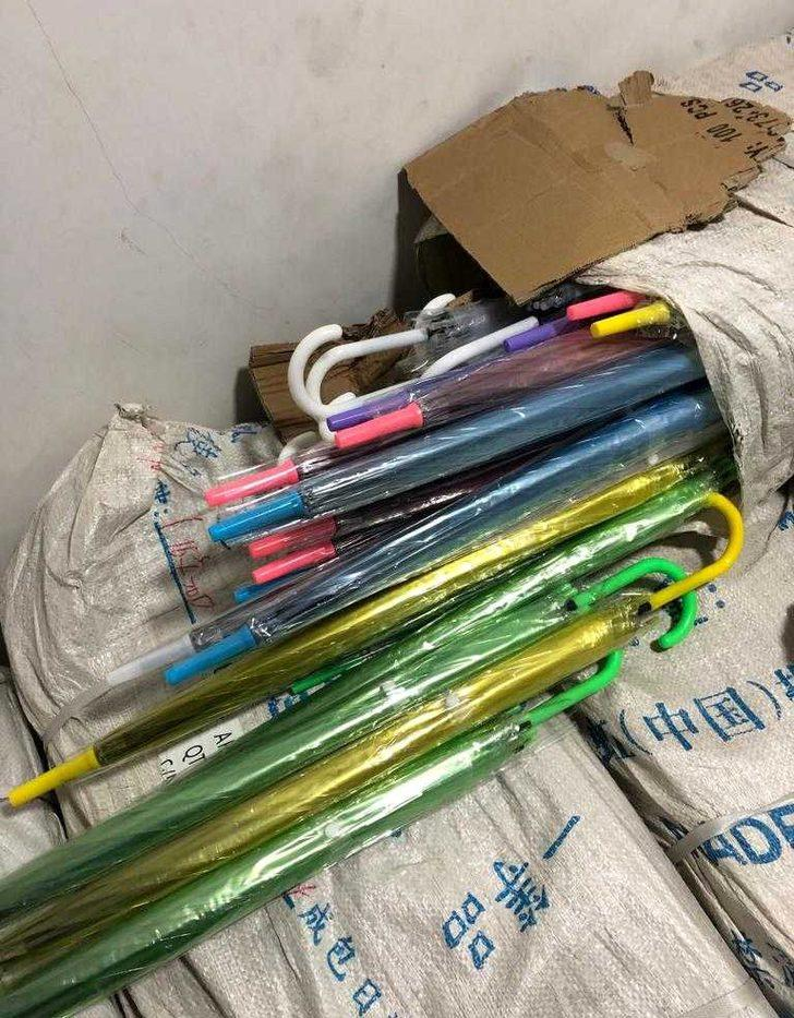 2,5 milyon liralık kaçak şemsiye ele geçirildi