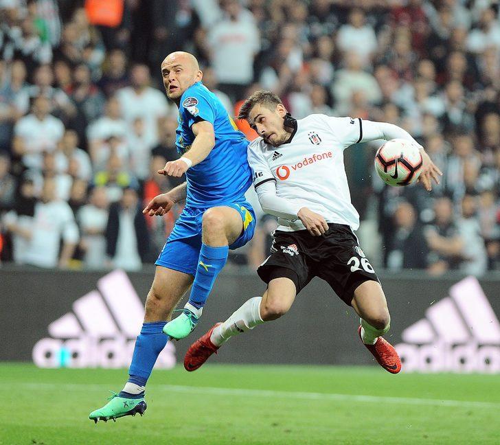 Şenol hoca tarihe geçti. 4 sezon şampiyonluğa oynadı. 2 sene şampiyon oldu, bir sene harika bir Şampiyonlar Ligi sezonu oynadı. İlk kez Beşiktaş'ta üst üste 6 galibiyet aldı. Kafası rahat çünkü. Hocanın milli takım serüveni taa geçen sene başladı. Şimdi rahatladı artık, daha güvenli.