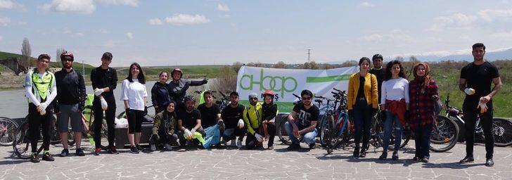 AHBAP üyeleri, tarihi Murat Köprüsü'nün çevresini temizledi
