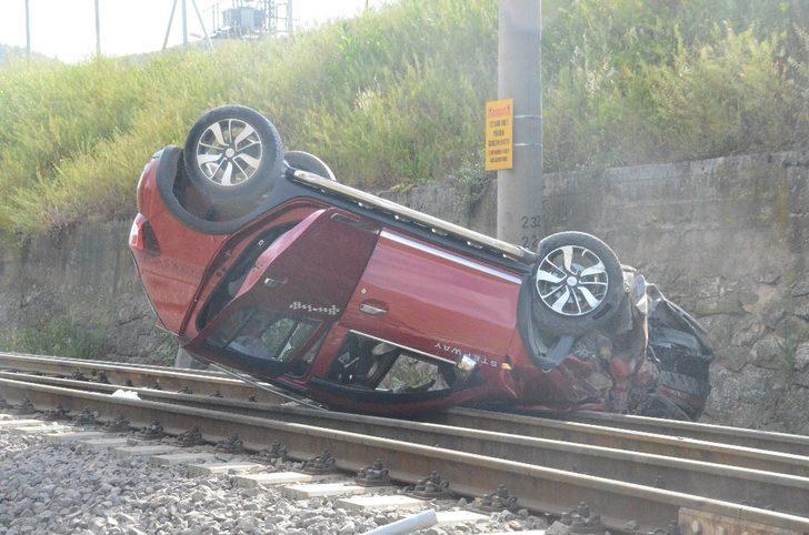 Kontrolden çıkan otomobil tren yoluna düştü