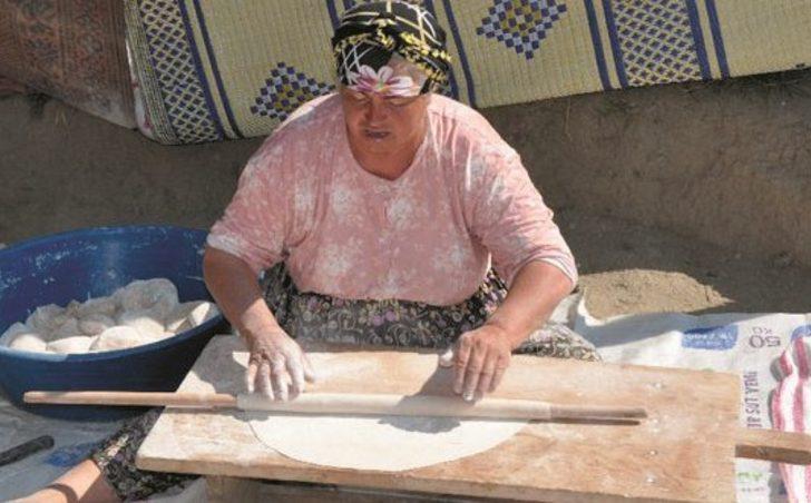 Köylü kadınların yufka ekmeği geleneği sürüyor