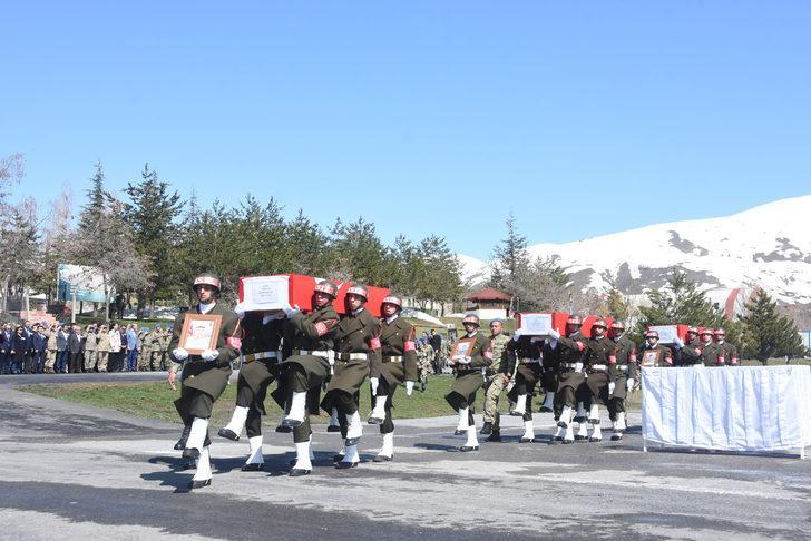 Şehit 3 asker için Hakkari Dağ ve Komando Tugay Komutanlığı'nda tören