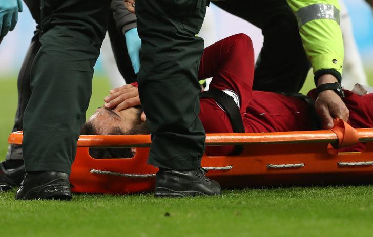 Liverpool'da Mohamed Salah sakatlandı! Oyunu sedyeyle terk etti