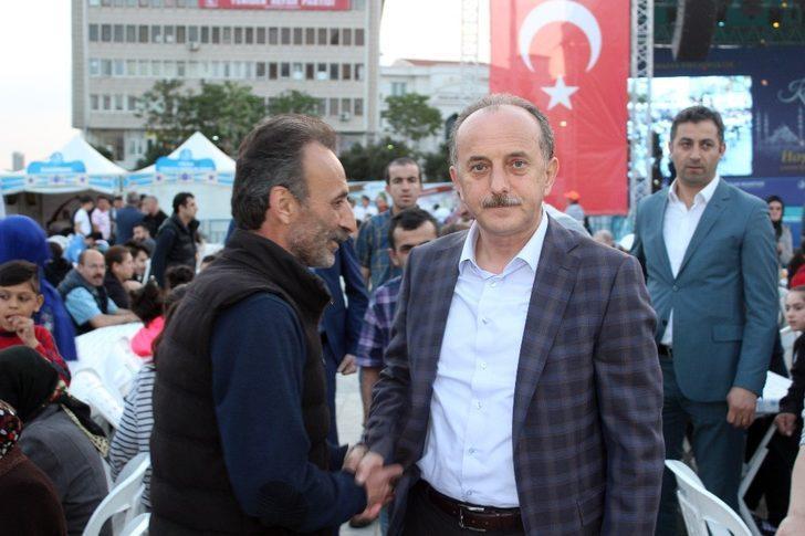 Bağcılar'da vatandaşlar ilk iftarı Gönül Sofraları'nda açtı