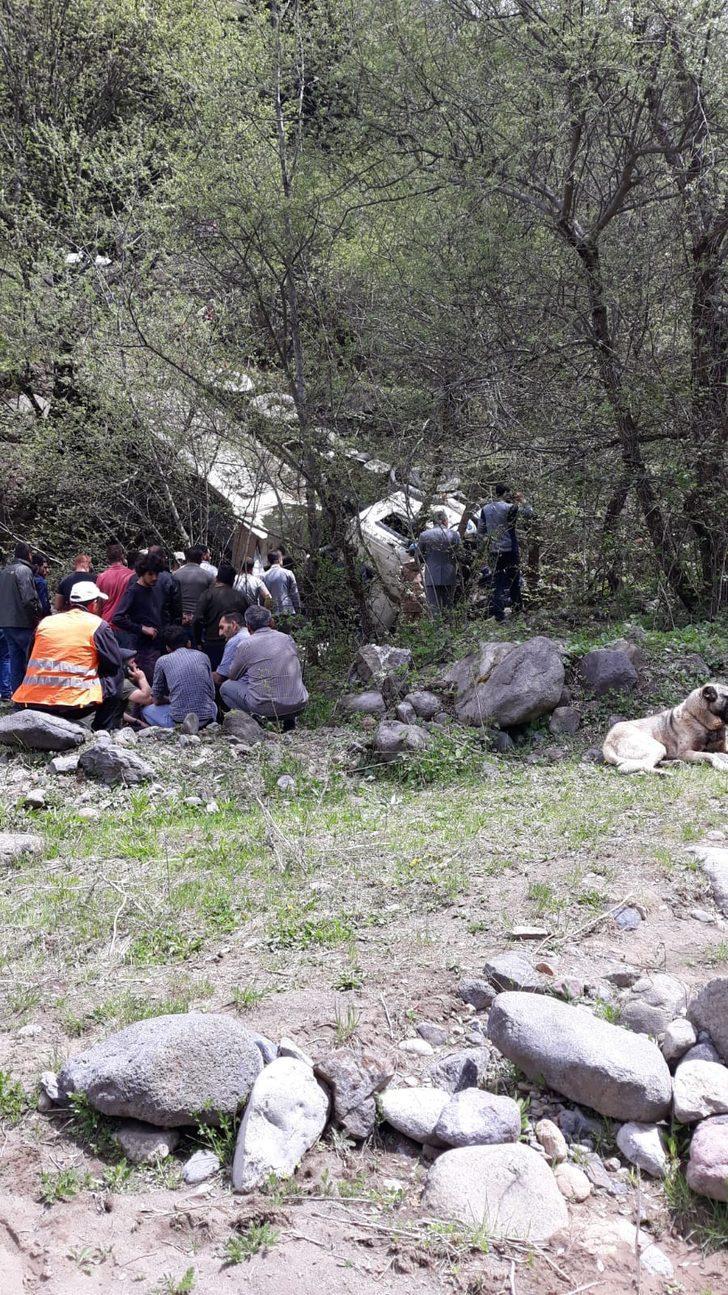 300 metrelik uçurumdan yuvarlanan kamyonun sürücüsü öldü