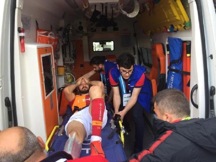 Galatasaraylı Emre Akbaba'nın ayağı kırıldı