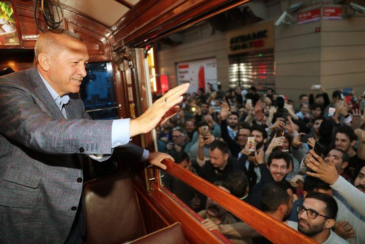 Cumhurbaşkanı Erdoğan'ın Taksim gezisi! Nostaljik tramvaydan halkı selamladı