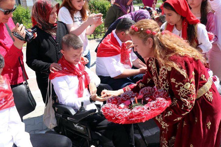 Engelli gençlere asker kınası yakıldı, aileleri duygulandı