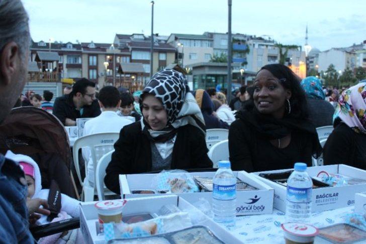 ABD'li ünlü şarkıcı Della Miles, İstanbul Bağcılar'da iftar yemeğine katıldı!