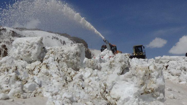Muş'ta karla kaplı yol 6 ay sonra açılabildi