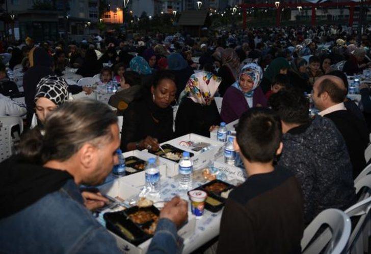 Della Miles Bağcılar'da iftar yaptı