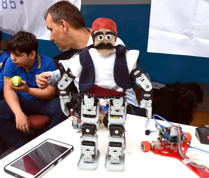 Liselilerden harmandalı oynayan robot,  yağmurda kapanan panjur