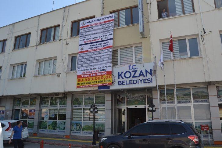 Kozan Belediyesi borçlarını afişle duyurdu