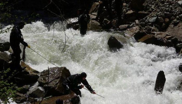 Kaybolan AA muhabirini arama çalışmalarında 2 asker suya kapıldı! Acı haber geldi