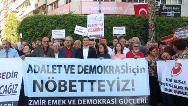 İzmir'de'DemokrasiNöbeti'Sürüyor
