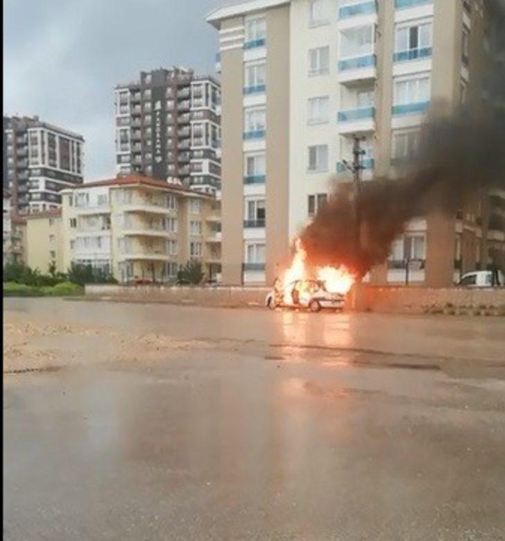 Arızalanan araç alev alev yandı