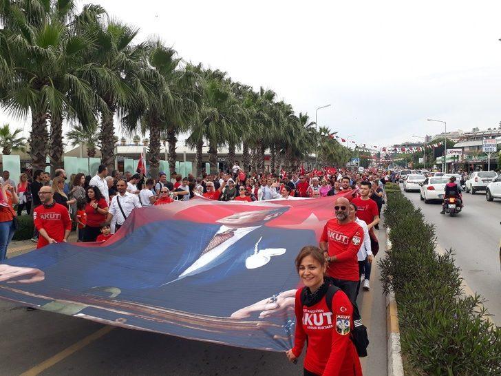 Kuşadası'nda 'Gençlik Yürüyüşü' gerçekleştirildi
