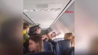 Sarhoş yolcu, uçağı birbirine kattı