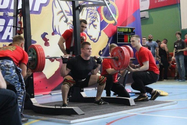 Yaroslav Radashkevich ağırlığı kaldıramayınca düşerek bacaklarını kırdı