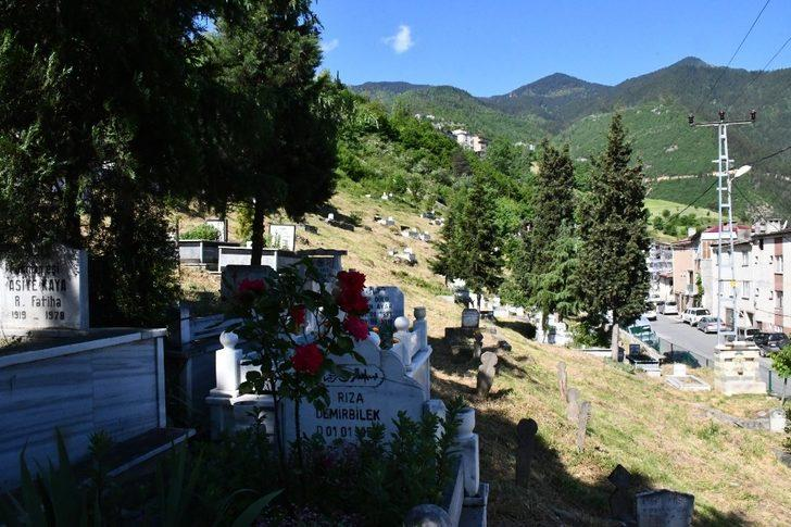 Artvin'de mezarlıklar bayrama hazırlanıyor