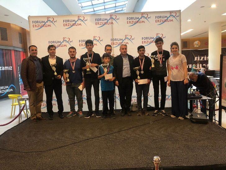 Yetenekli ressamlar Forum Erzurum'da ödüllerini aldı