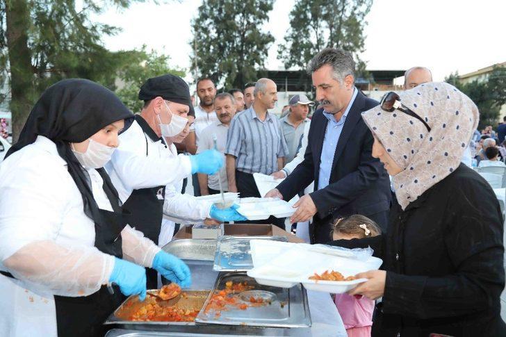 Bayraklı'da binler iftar sofralarında buluşuyor