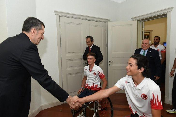 Milli Eğitim Bakanı Ziya Selçuk, genç tenisçileri kabul etti