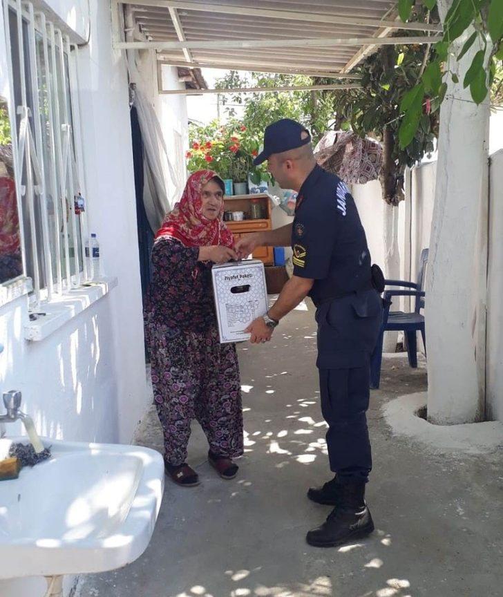 Jandarmadan ihtiyaç sahibi ailelere gıda desteği