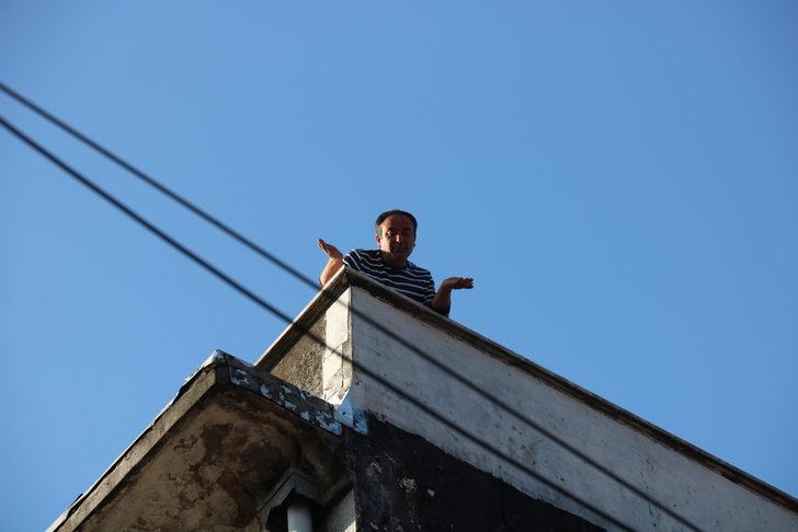 Yer: Kadıköy! Havalı tüfekle çatıya çıktı, polisi harekete geçirdi